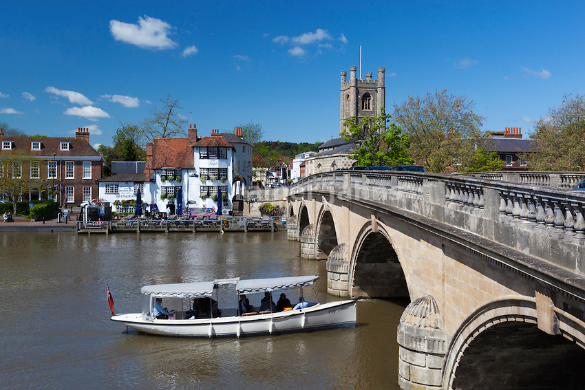 Grossbritannien, England, Oxfordshire, Henley-on-Thames: Henley Bridge ueber die Themse, Saint Mary's Church und The Angel Inn